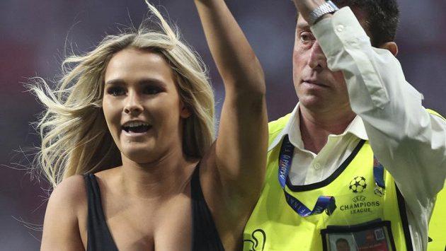 Polonahá žena vběhla na trávník během finále Ligy mistrů.