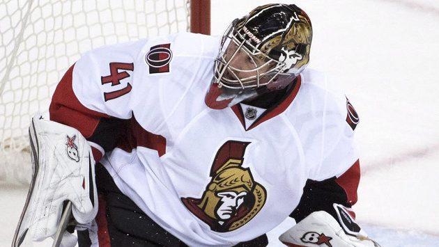 Brankář Ottawy Craig Anderson v utkání NHL proti Vancouveru.