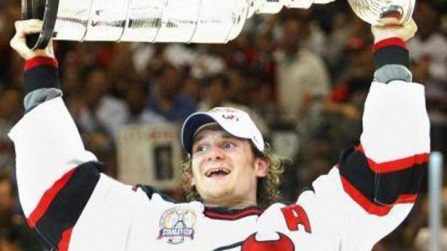 Hokejista New Jersey Devils Patrik Eliáš se raduje ze zisku Stanley Cupu.