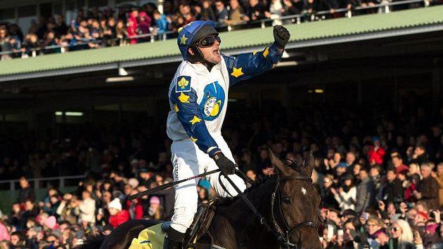 Triumfální gesto Marka Stromského v cíli 125. ročníku Velké pardubické. Ale předčasné. Kvůli Nikasově dopingovému nálezu o vítězství přišel.