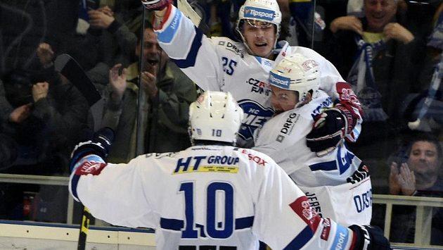 Z rozhodujícího gólu se radují hráči Brna (zleva) Martin Erat, autor branky Karel Plášek a Jakub Orsava.