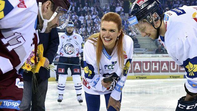 Biatlonistka Gabriela Soukalová vhodila před pátým finále extraligy slavnostní buly.