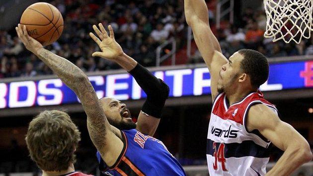 Tyson Chandler z NY Knicks mezi hráči Washingtonu Veselým a McGeem