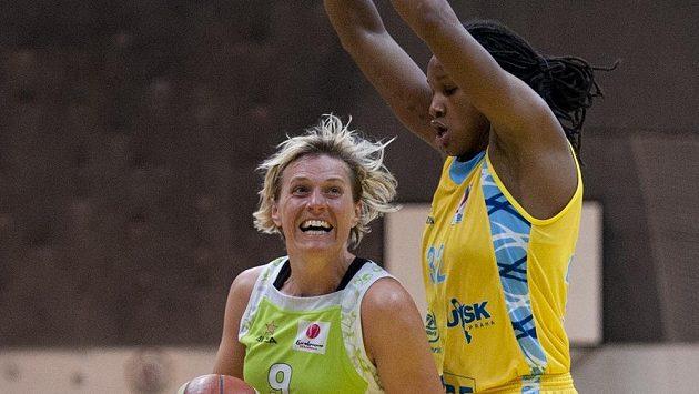 Hana Horáková z Brna (vlevo) a Rebbekkah Brunsonová z USK Praha