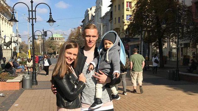 Záložník Plzně Roman Procházka s manželkou Michaelou a synem Timotejem na pěší zóně v Sofii.