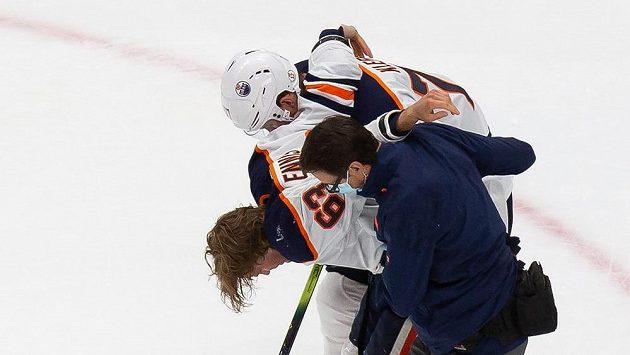 Zraněný Tyler Ennis (63) z Edmontonu opouští led.