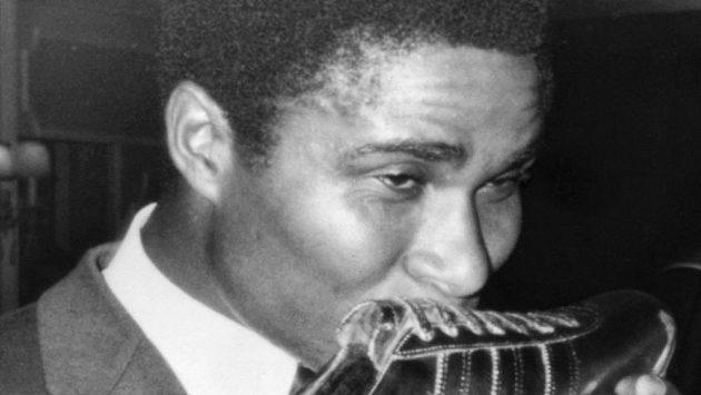 Eusébio líbá Zlatou kopačku, kterou vyhrál v roce 1968.
