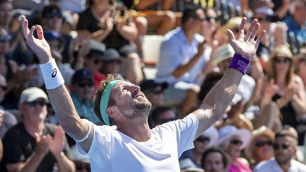 Americký tenista Tennys Sandgren se raduje ze svého prvního titulu na okruhu ATP. Ve finále v Aucklandu zdolal Brita Camerona Norrieho.