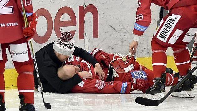 Zraněný kapitán Třince Lukáš Krajíček po nárazu na mantinel.