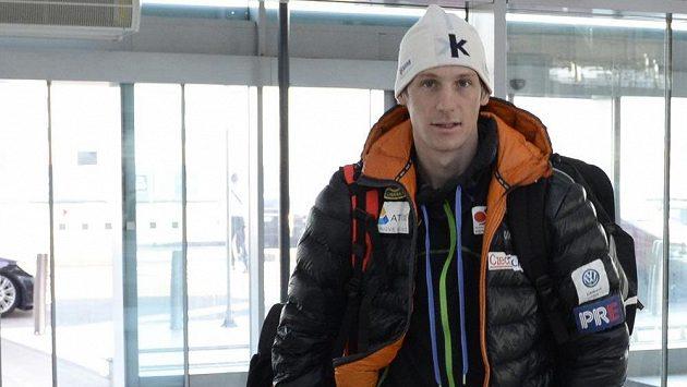 Běžec na lyžích Martin Jakš na letišti v Praze.