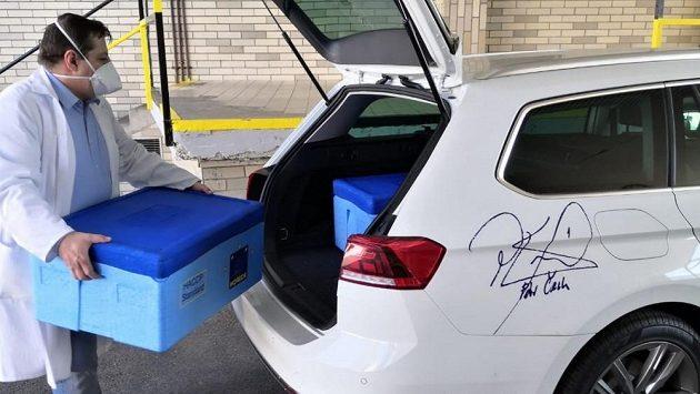 """Stravu pro personál nemocnic v Motole a Střešovicích dopravují """"fotbalová"""" auta."""