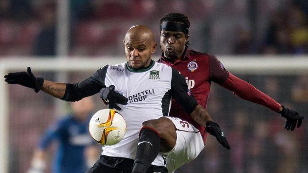 Costa ze Sparty Praha (vpravo) brání Ariho z Krasnodaru.