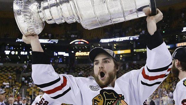Michael Frolík se Stanley Cupem nad hlavou.