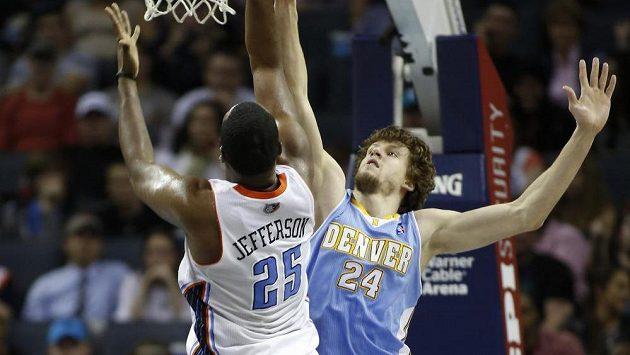 Basketbalista Charlotte Al Jefferson střílí na koš. Zablokovat se ho snaží hráč Denveru Jan Veselý.