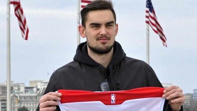 Tomáš Satoranský pózuje s dresem Washingtonu.