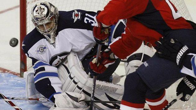 Brankář Winnipegu Ondřej Pavelec likviduje střelu v zápase s Washingtonem.