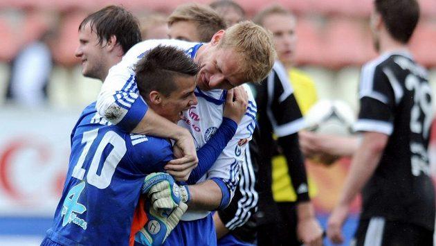 Olomoucký Jan Navrátil (vlevo) a Zdeněk Zlámal oslavují vítězství po utkání v Příbrami.