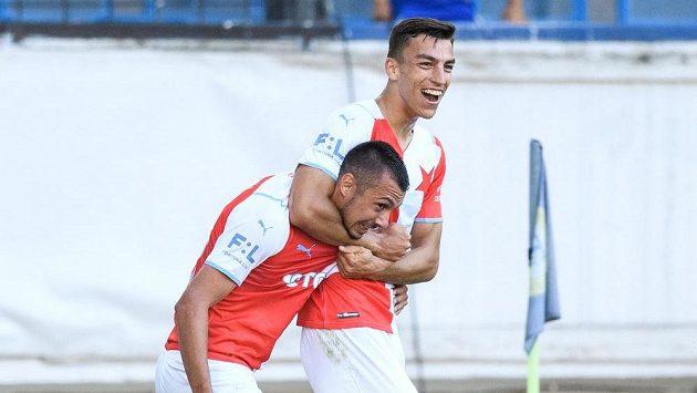 Fotbalisté Slavie Praha Ivan Schranz a Petar Musa oslavují první gól během utkání 2. kola Fortuna ligy v Teplicích.