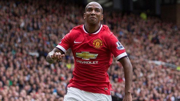 Záložník Manchesteru United Ashley Young v sobotním utkání proti Swansea.