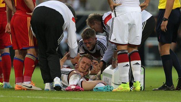 Marco Reus (na trávníku) se zranil v přípravném duelu proti Arménii.