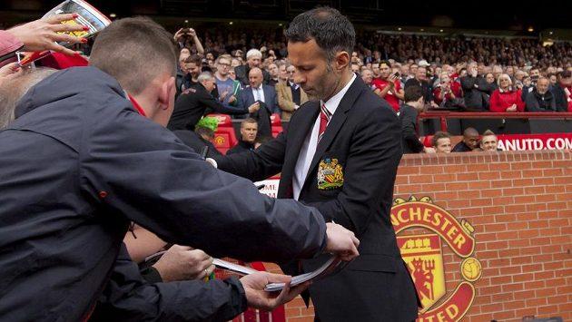 Dočasný kouč Manchesteru United Ryan Giggs se podepisuje fanouškům.