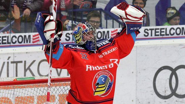 Brankář Patrik Bartošák z Vítkovic se raduje z výhry.