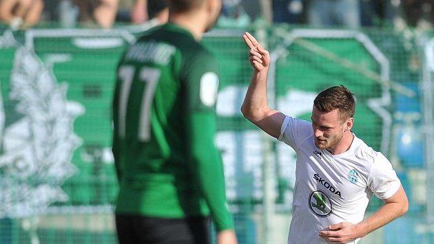 Antonín Křapka (vzadu) z Mladé Boleslavi slaví svůj první ligový gól v zápase s Jabloncem.