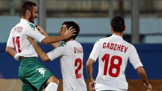 Bulharský zadák Radoslav Dimitrov (vlevo) oslavuje se spoluhráči Svetoslavem Djakovem (uprostřed) a Vladimirem Gadževem svoji trefu proti Maltě.