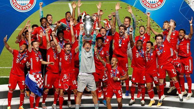 Hráči Bayernu slaví triumf v Lize mistrů