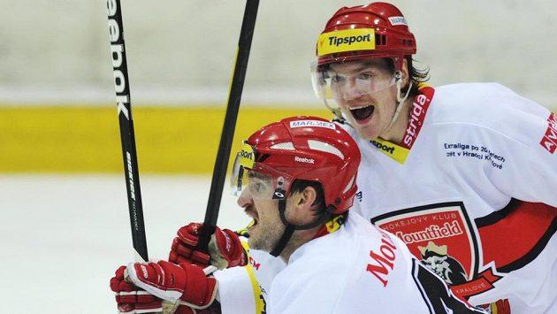 Zleva Martin Podlešák a David Švagrovský z Hradce Králové se radují ze vstřelení gólu (ilustrační foto).
