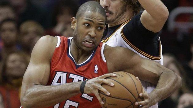Basketbalista Atlanty Hawks Al Horford (v červeném dresu) v utkání proti Clevelandu.