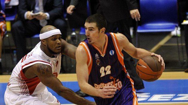 Nymburský hráč Eugene Lawrence (vlevo) a Nando de Colo z celku Valencie.
