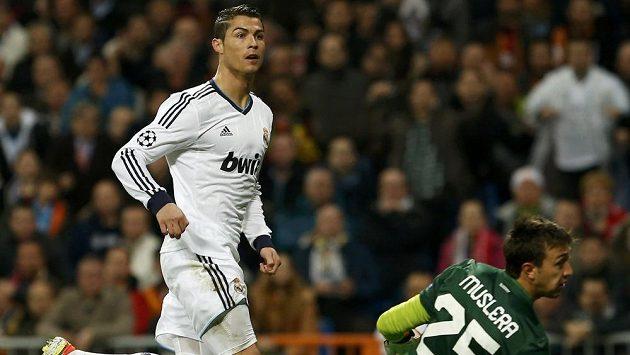 Portugalec Ronaldo překonává brankáře Musleru a dává úvodní gól Realu Madrid v domácím zápase s Galatasarayem.