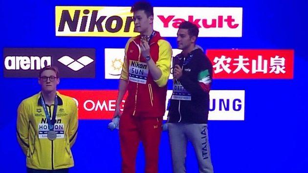 Stříbrný australský plavec Mack Horton (vlevo) po finále na 400 m v zp. na protest proti čínskému vítězi Sun Jang (uprostřed) na stupně vítězů nevystoupil.