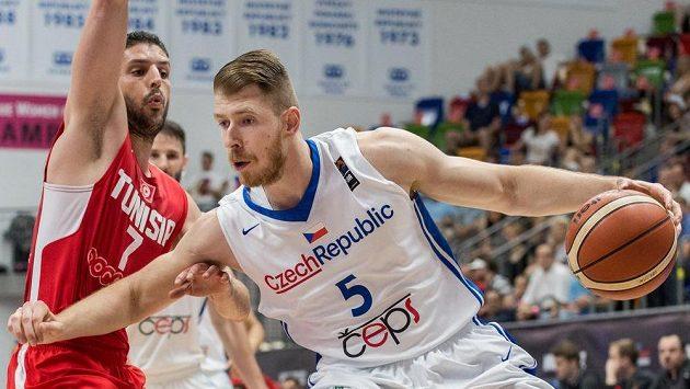 Český basketbalista Patrik Auda (vpravo) se snaží přejít přes obranu Mourada El Mabrouka z Tuniska. Ilustrační snímek.