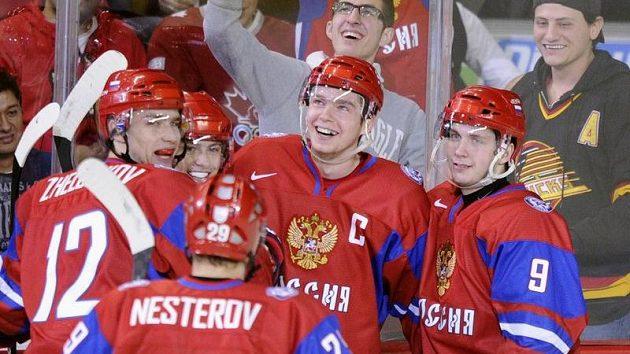 Mladí hokejisté Ruska oslavují další gól. Uprostřed kapitán Kuzněcov