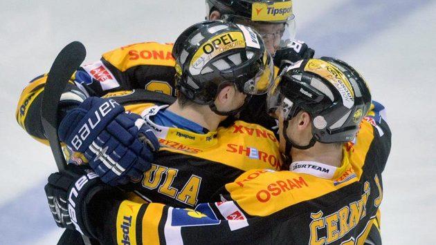 Litvínovští hokejisté se radují z vítězství.