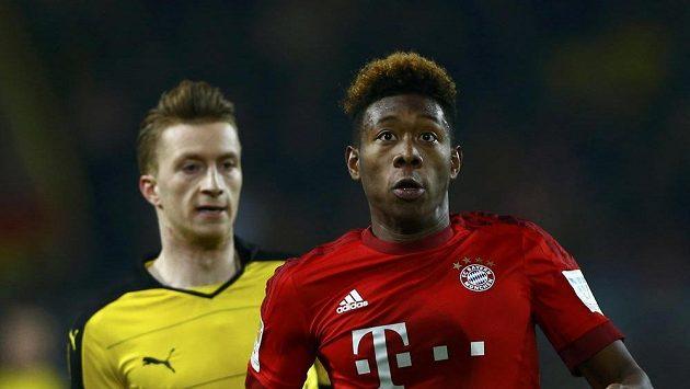 David Alaba z Bayernu Mnichov (vpravo) a Marco Reus v dresu Borussie Dortmund.