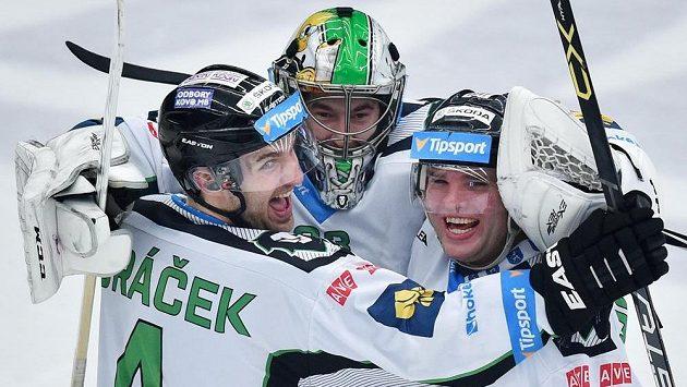 Zleva Tomáš Voráček, brankář David Rittich a Marek Trončinský z Boleslavi se radují z vítězství po samostatných nájezdech.