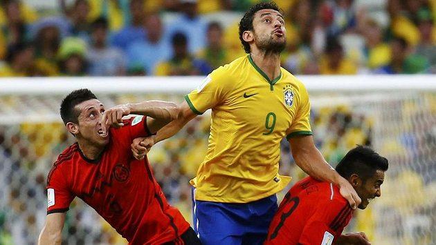 Brazilský útočník Fred v hlavičkovém souboji s Hectorem Herrerou a Josém Juanem Vazquézem (vpravo) z Mexika.