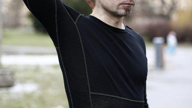 Síťované panely vedou po celé délce rukávů a plynule přecházejí na boky.