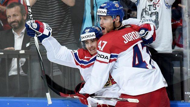 Český obránce Michal Jordán (vpravo) slaví s útočníkem Romanem Červenkou gól proti Švédsku.