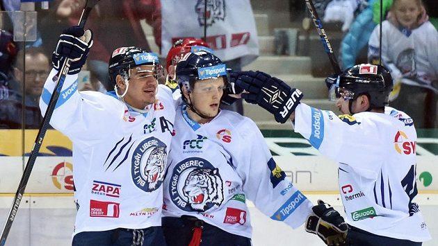 Zleva Branko Radivojevič, autor vítězného gólu Radim Šimek a Lukáš Krenželok z Liberce se radují v zápase proti Třinci.