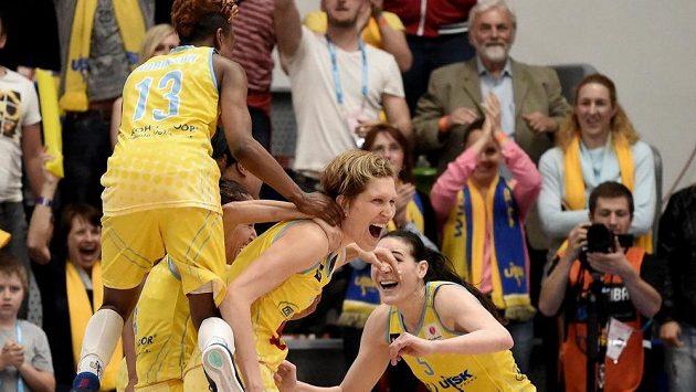 Ilustrační foto: Basketbalistky USK Praha (zleva) Danielle Robinsonová, Jana Veselá a Sonja Petrovičová.