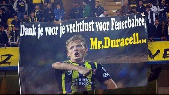 """Fanoušci Dirka Kuijta zbožňují. """"Děkujeme, že bojuješ za Fenerbahce,"""" stojí na plakátě s obří podobiznou nizozemského útočníka."""