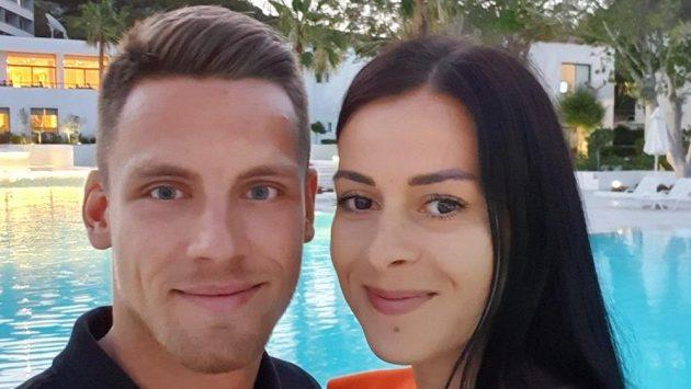 Záložník Plzně a fotbalové reprezentace Lukáš Kalvach s přítelkyní Darinou.