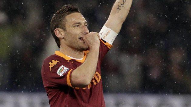 Kapitán AS Řím Francesco Totti oslavuje svůj gól proti Parmě.