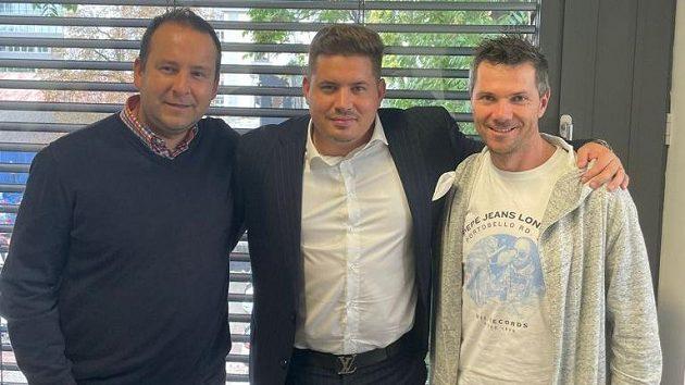 Zprava trenér fotbalových Zbuzan František Douděra, hlavní sponzor klubu Lukáš Carboch, a poradce Zbuzan a manažer společnosti IFM-M Daniel Smejkal.