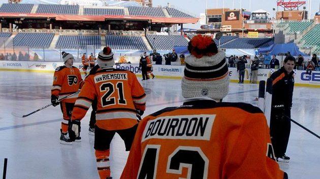 Hráči Flyers běhěm tréninku na Winter Classic.