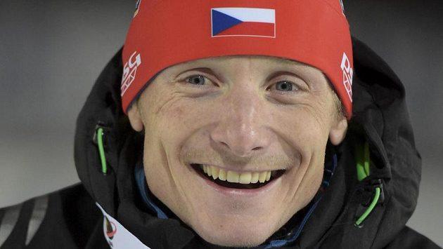 Český biatlonista Ondřej Moravec pózuje s bronzovou medailí.